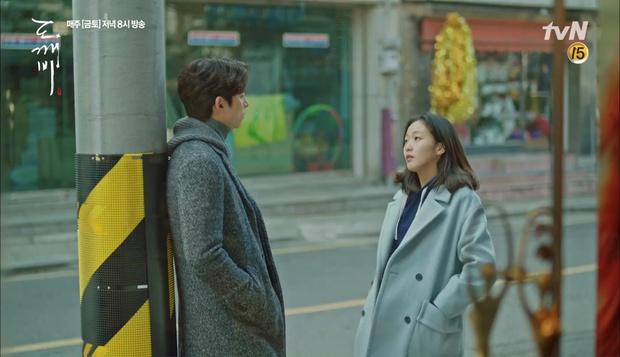 """""""Goblin"""": Không rút được thanh kiếm, Kim Go Eun đành hôn Gong Yoo - Ảnh 16."""