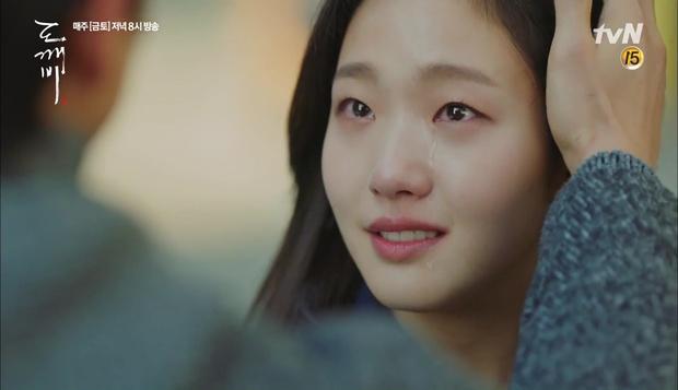 """""""Goblin"""": Không rút được thanh kiếm, Kim Go Eun đành hôn Gong Yoo - Ảnh 18."""