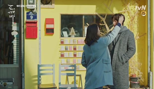 """""""Goblin"""": Không rút được thanh kiếm, Kim Go Eun đành hôn Gong Yoo - Ảnh 21."""