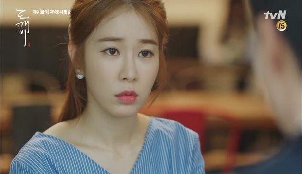 """""""Goblin"""": Không rút được thanh kiếm, Kim Go Eun đành hôn Gong Yoo - Ảnh 24."""