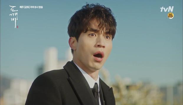 """""""Goblin"""": Không rút được thanh kiếm, Kim Go Eun đành hôn Gong Yoo - Ảnh 26."""