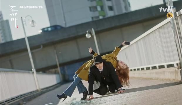"""""""Goblin"""": Không rút được thanh kiếm, Kim Go Eun đành hôn Gong Yoo - Ảnh 28."""