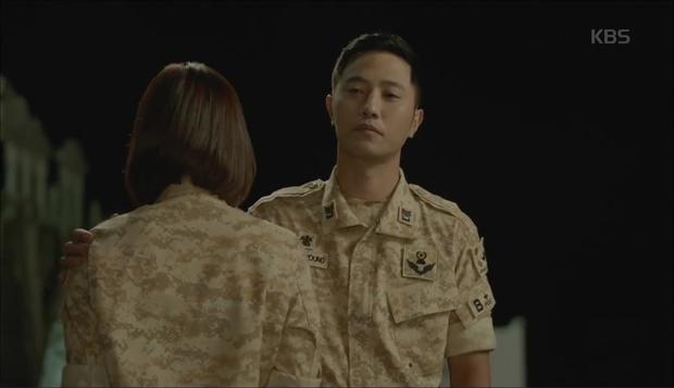 """""""Hậu Duệ Mặt Trời"""": Cặp đôi sóng gió Jin Goo - Kim Ji Won cuối cùng cũng được đoàn tụ! - Ảnh 5."""