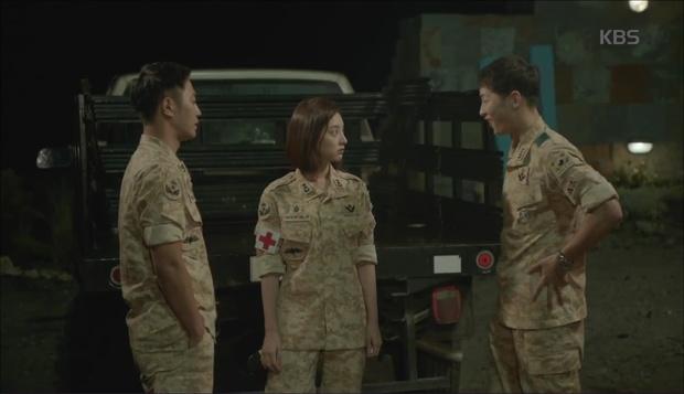 """""""Hậu Duệ Mặt Trời"""": Cặp đôi sóng gió Jin Goo - Kim Ji Won cuối cùng cũng được đoàn tụ! - Ảnh 6."""