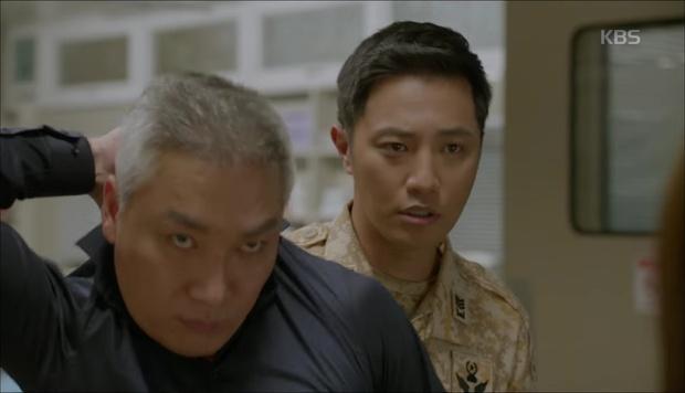 """""""Hậu Duệ Mặt Trời"""": Cặp đôi sóng gió Jin Goo - Kim Ji Won cuối cùng cũng được đoàn tụ! - Ảnh 10."""