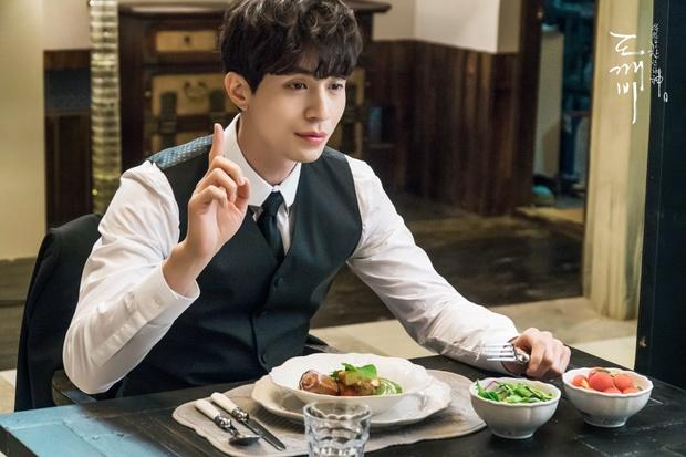 Cặp soái ca Gong Yoo - Lee Dong Wook của Goblin mặc đẹp như thế này hèn chi fan cứ dán mắt xem - Ảnh 2.