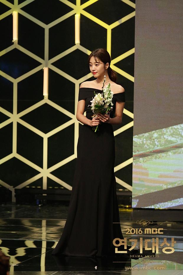 Chả phải Lee Jong Suk, đây mới là nhân vật gây bất ngờ nhất tại MBC Drama Awards! - Ảnh 9.