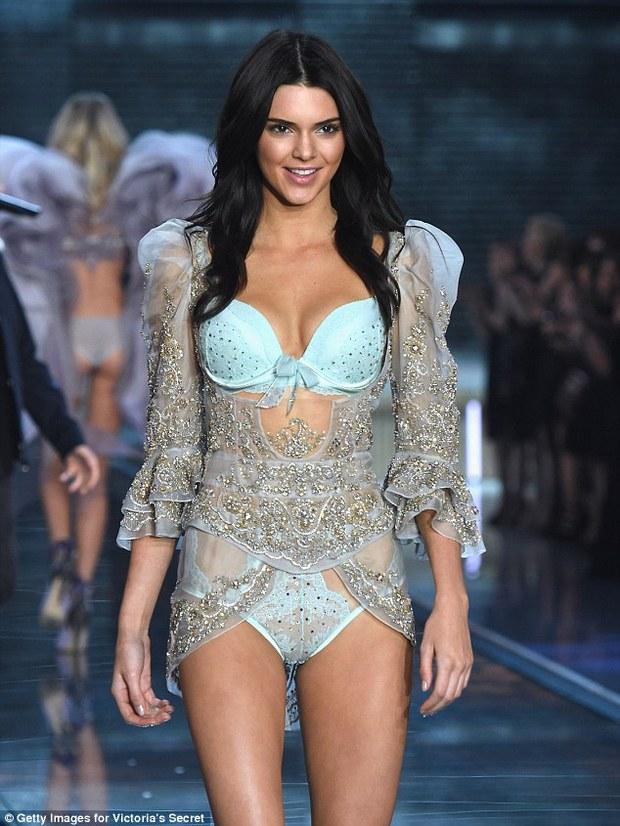 Ngực to xưa rồi! Phẫu thuật ngực nhỏ như Taylor Swift, Kendall Jenner mới thời thượng - Ảnh 3.