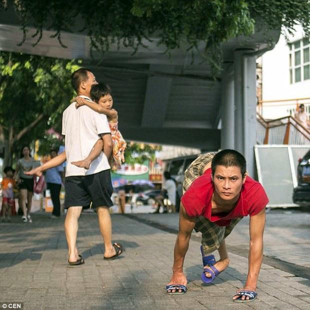 Nghẹn lòng câu chuyện người cha tật nguyền, lang thang khắp Trung Quốc tìm con trai bị bắt cóc - Ảnh 1.