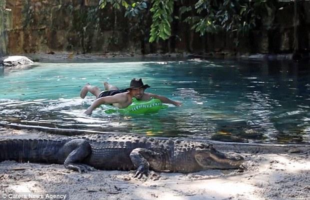 Thanh niên lầy của năm: Một mình ôm phao bơi trong hồ đầy cá sấu - Ảnh 2.