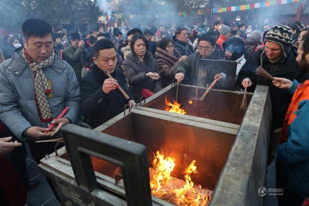 Người dân Trung Quốc chen chúc lên chùa cầu may dịp đầu năm mới - Ảnh 1.