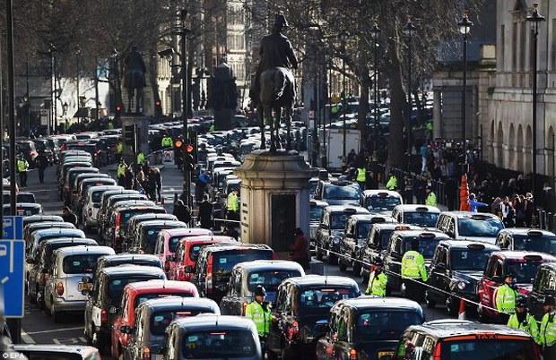 """Anh: Hơn 8.000 tài xế taxi """"phong tỏa"""" trung tâm thủ đô London để biểu tình phản đối Uber - Ảnh 1."""