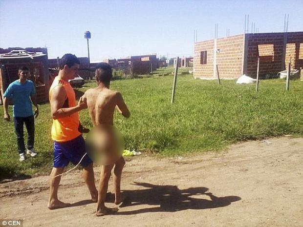 Argentina: Hiếp dâm bé gái 8 tuổi không thành, thanh niên bị lột truồng diễu phố - Ảnh 2.