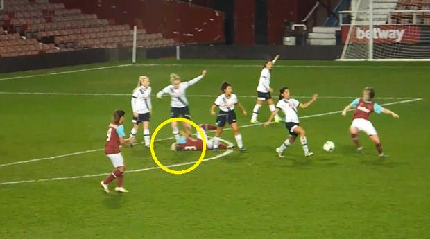 Ghê rợn tình huống nữ cầu thủ giẫm vào đầu đối phương - Ảnh 4.