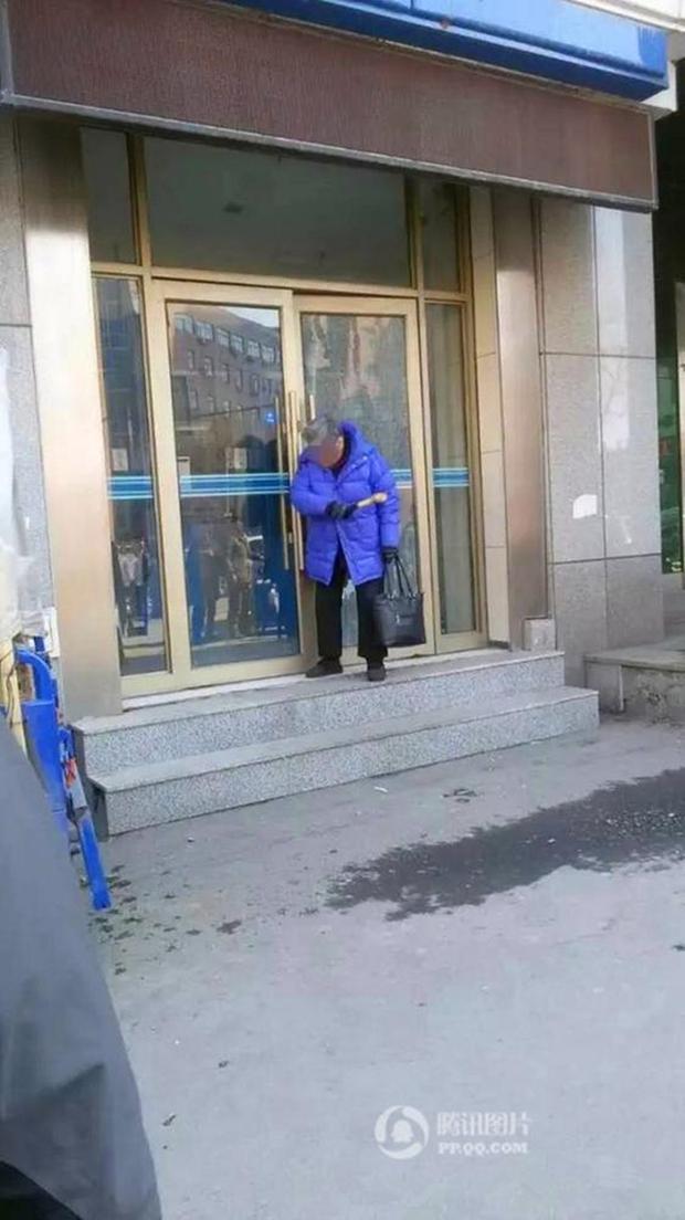 Cụ ông không rút được tiền, cụ bà cầm búa phá tan cây ATM - Ảnh 2.