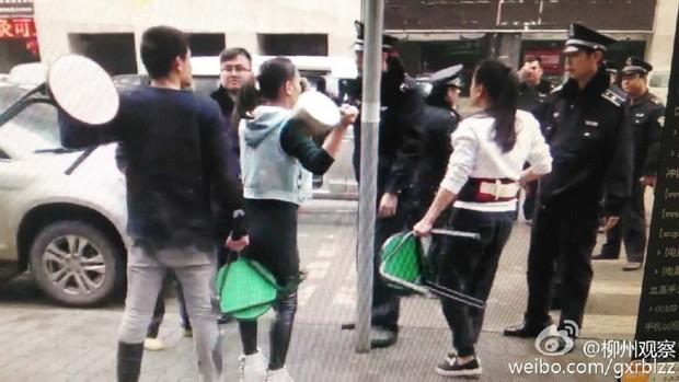 Anh bán mỳ vỉa hè cưỡng hôn cảnh sát vì bị tịch thu đồ nghề - Ảnh 1.