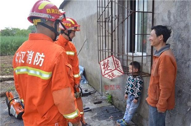 Con trai bị kẹt đầu vào rào chống trộm, bố đứng bên cạnh cười ha ha - Ảnh 1.