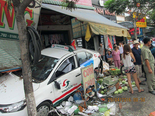 Taxi gây tai nạn liên hoàn, 3 người bị cuốn vào gầm, 2 người bị húc văng - Ảnh 2.
