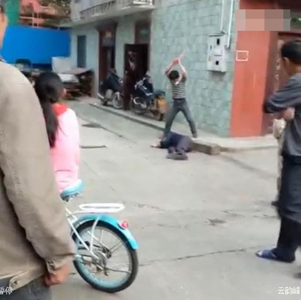Video gây phẫn nộ: Con trai đánh bố như bổ củi giữa đường phố, người đi đường bàng quan đứng nhìn - Ảnh 5.