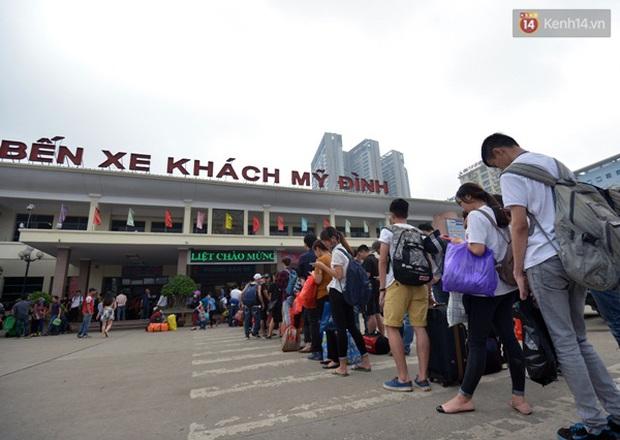 Người dân hai miền rời thành phố về nghỉ lễ, bến xe, sân bay đông nghịt - Ảnh 1.