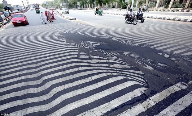 Ấn Độ nắng nóng kinh hoàng: Mỡ tuy chưa chảy nhưng dép thì mất rồi! - Ảnh 1.