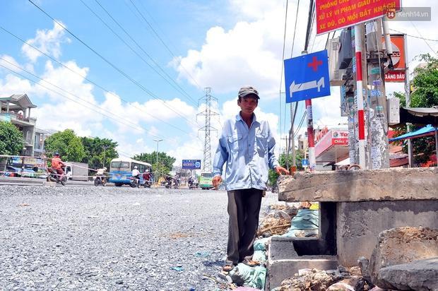 Chuyện lạ Sài Gòn: Mùa mưa về, rủ nhau xây thành lũy chắn trước nhà để... chống ngập - Ảnh 1.
