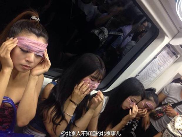Các cô gái xinh đẹp hồn nhiên đắp bao cao su ngay giữa tàu điện ngầm - Ảnh 3.