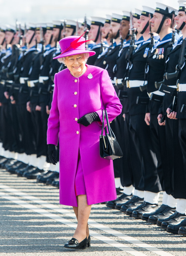 Lý do xúc động đằng sau phong cách thời trang chóe lọe của Nữ hoàng Anh - Ảnh 1.