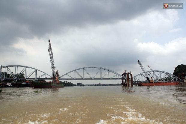 Cầu Ghềnh sắp nối nhịp đôi bờ, đường sắt Bắc Nam chuẩn bị thông tuyến - Ảnh 1.