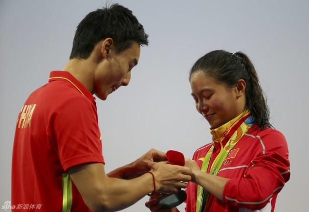 Nữ VĐV Trung Quốc xinh đẹp bật khóc khi được cầu hôn trên sàn đấu Olympic 2016 - Ảnh 1.