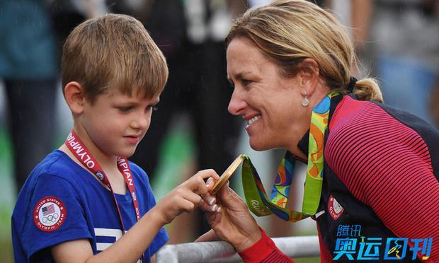 Những khoảnh khắc ngọt ngào và xúc động trên sàn đấu Olympic - Ảnh 1.