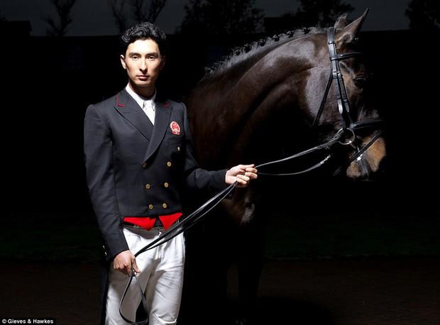 """Trai đẹp """"vạn người mê"""" từ bỏ nước Anh sang thi đấu cho đội đua ngựa Trung Quốc - Ảnh 1."""
