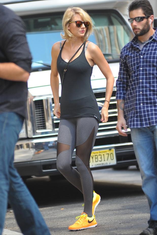 Taylor Swift vô tình lộ vùng kín trên phố vì mặc quần bó sát - Ảnh 1.