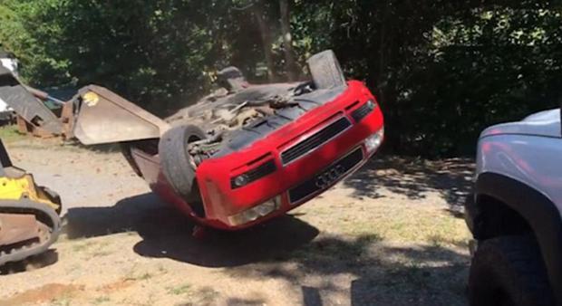Giận con gái lén hẹn bạn trai trong xe ô tô, bố dùng xe xúc đất phá nát chiếc Audi đắt tiền - Ảnh 3.