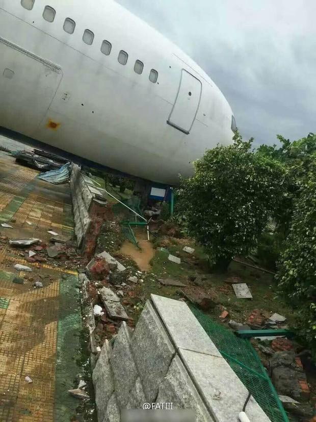 Máy bay Boeing 767 bị siêu bão thổi bay khỏi đường băng - Ảnh 2.