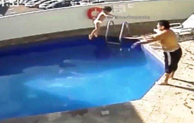 Ném con gái 3 tuổi xuống bể bơi đến chết, cha dượng lĩnh án 100 năm tù - Ảnh 2.