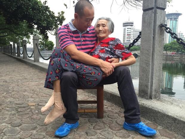 Lặng người trước hình ảnh con trai hiếu thảo ôm người mẹ 82 tuổi ốm yếu ra bờ sông chuyện trò mỗi ngày - Ảnh 1.