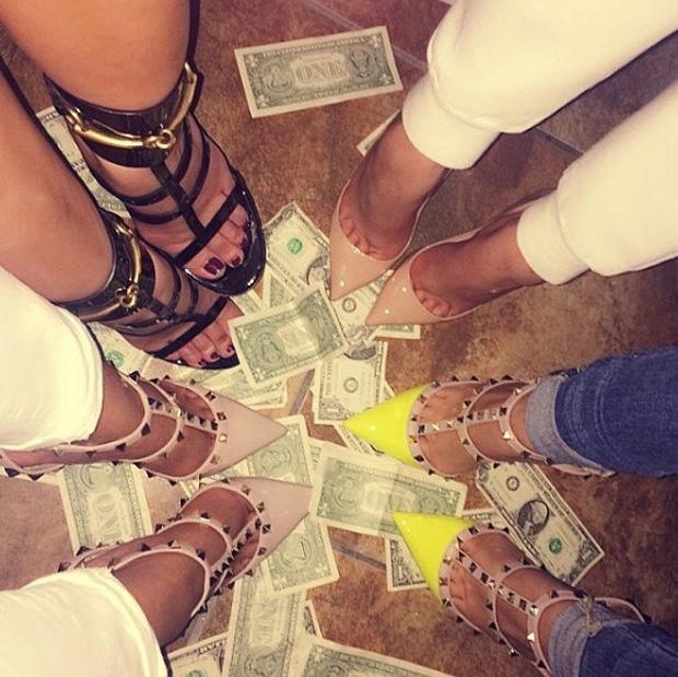 Hãy xem cách mà hội con nhà giàu Dubai nhảy múa trên đống tiền - Ảnh 1.