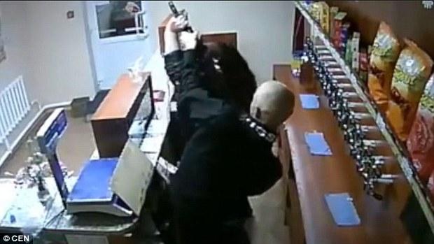 Người phụ nữ can đảm nhất năm tay không chống trả tên cướp mang theo súng AK - Ảnh 4.