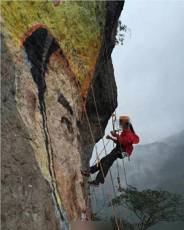 Si mê phượt thủ 40 tuổi, người phụ nữ 37 tuổi leo lên vách núi cheo leo vẽ tranh chân dung tặng người thương - Ảnh 2.