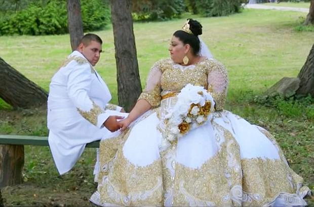 Cô dâu mặc váy hơn 5 tỷ đồng và bốc vàng ném cho quan khách trong ngày cưới - Ảnh 2.
