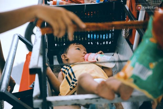 3 đứa trẻ trên chiếc xe hàng rong cùng mẹ mưu sinh khắp đường phố Sài Gòn - Ảnh 2.