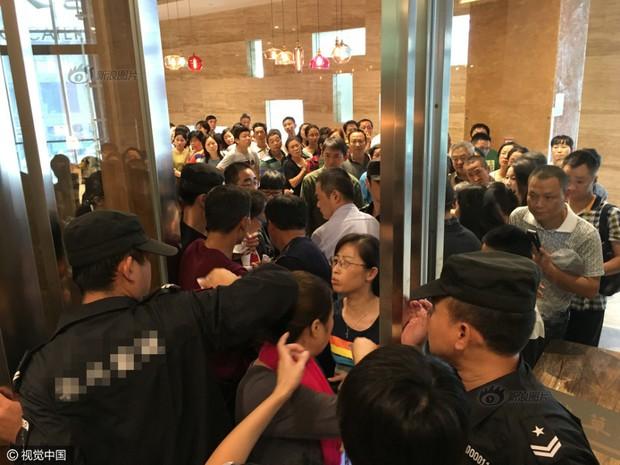 Phát hoảng với cảnh tượng người dân Trung Quốc chen lấn đi ăn buffet miễn phí - Ảnh 1.