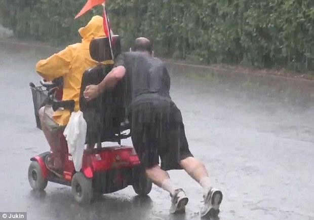 Người anh hùng dãi gió dầm mưa để giúp đỡ một người đi xe lăn gặp nạn - Ảnh 2.