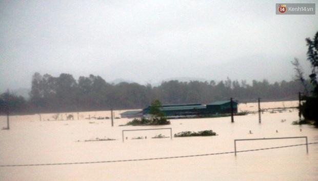 Hà Tĩnh: Lũ nhấn chìm cả trăm ngôi nhà, hàng nghìn người bị cô lập, một người bị nước cuốn mất tích - Ảnh 1.