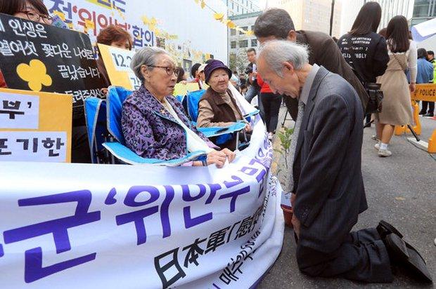 Giáo sư người Nhật quỳ gối xin lỗi những người phụ nữ Hàn Quốc từng là nô lệ tình dục trong chiến tranh - Ảnh 1.