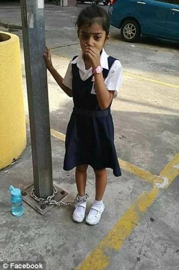 Trốn học, bé gái người Malaysia bị mẹ xích vào cột đèn - Ảnh 1.