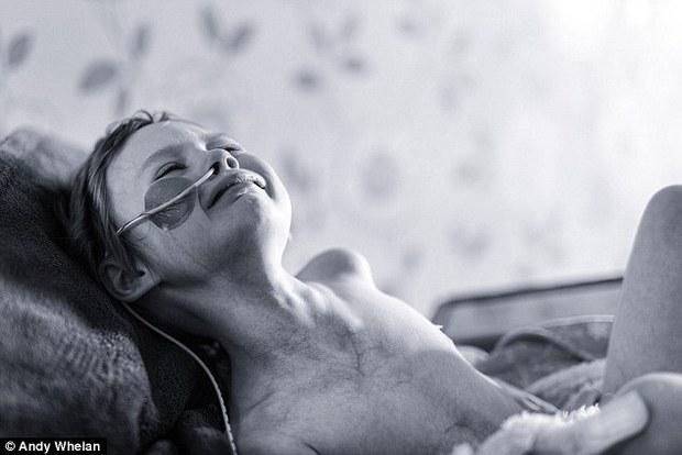 Bức ảnh bé gái 4 tuổi gồng mình chiến đấu với căn bệnh ung thư khiến ai cũng nhói lòng - Ảnh 2.