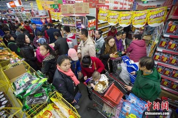 Những cảnh tượng chỉ có trong ngày độc thân 11/11 ở Trung Quốc - Ảnh 1.
