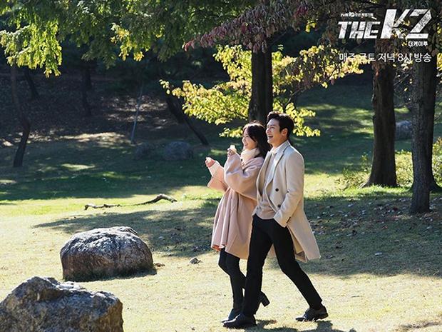 """""""K2"""": Ji Chang Wook bất lực nhìn Yoona bị kẻ thù bắt cóc - Ảnh 1."""